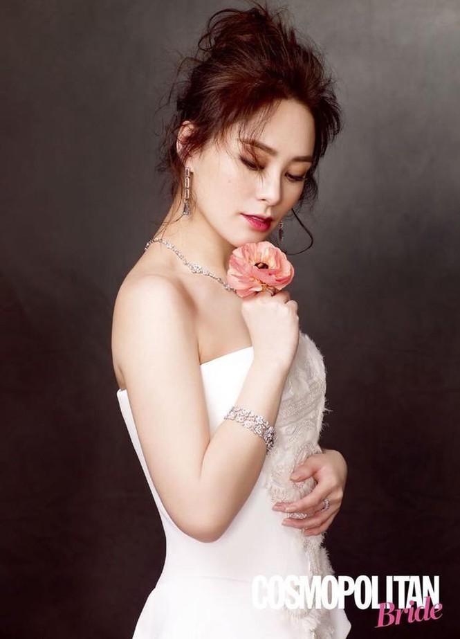 Cô dâu U40 Chung Hân Đồng xinh đẹp với đường cong quyến rũ - ảnh 5