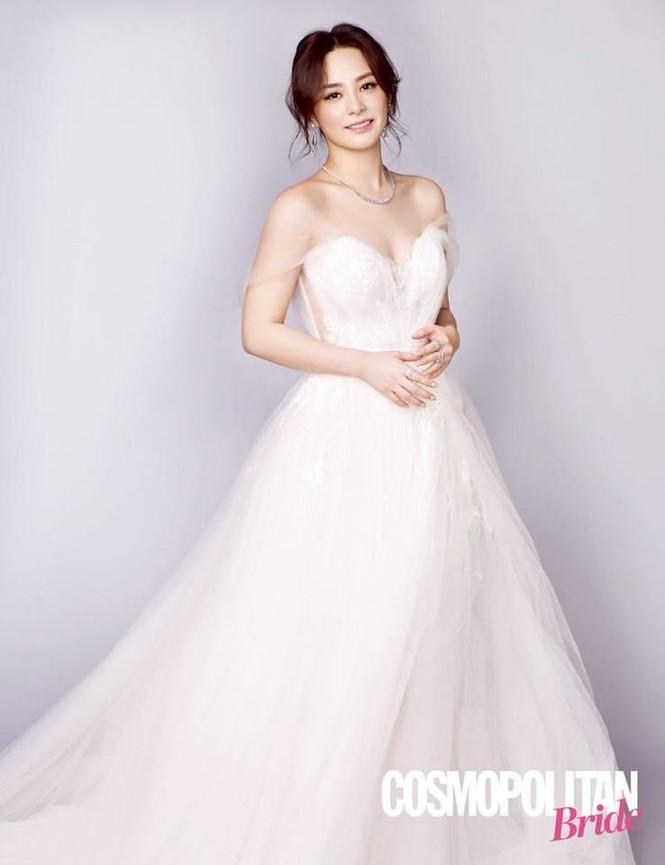 Cô dâu U40 Chung Hân Đồng xinh đẹp với đường cong quyến rũ - ảnh 3