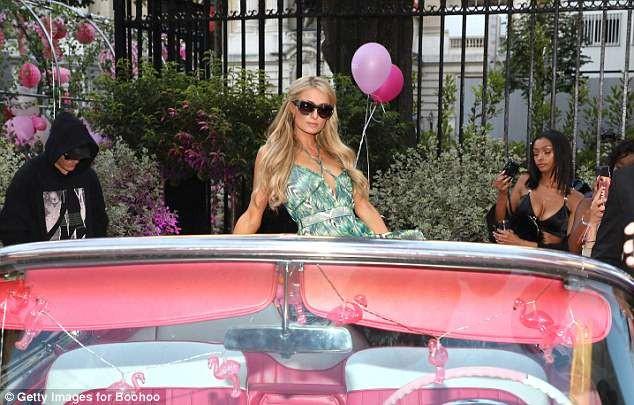 Paris Hilton sang chảnh, đắm đuối 'khóa môi' tình trẻ  - ảnh 7