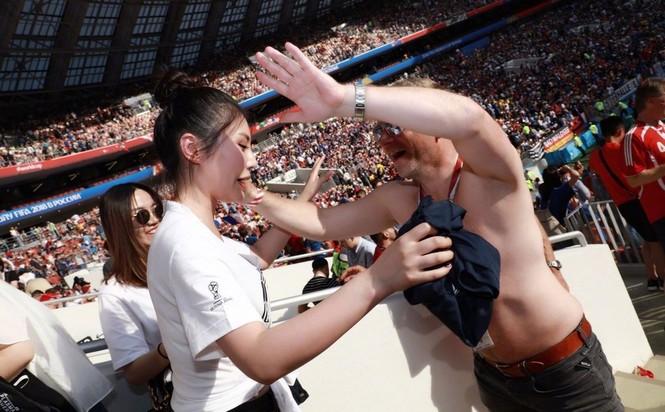 'Kim Kardashian' Hoa ngữ hốt hoảng vì bị nam CĐV World Cup sấn sổ - ảnh 5