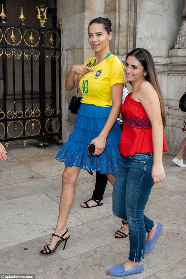 Thiên thần nội y Adriana Lima mặc áo số của Neymar xuống phố - ảnh 3