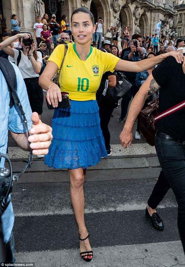 Thiên thần nội y Adriana Lima mặc áo số của Neymar xuống phố - ảnh 6