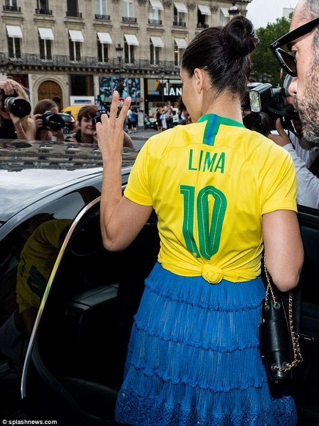 Thiên thần nội y Adriana Lima mặc áo số của Neymar xuống phố - ảnh 7