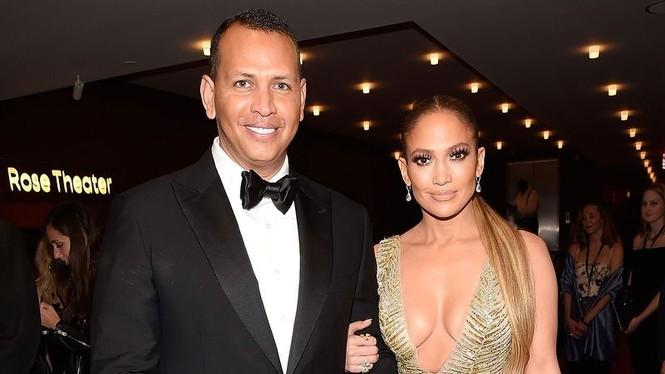 Jennifer Lopez lộ nhẫn đính hôn khi đi tắm biển cùng bồ trẻ  - ảnh 9