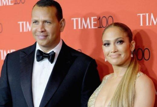 Jennifer Lopez lộ nhẫn đính hôn khi đi tắm biển cùng bồ trẻ  - ảnh 10