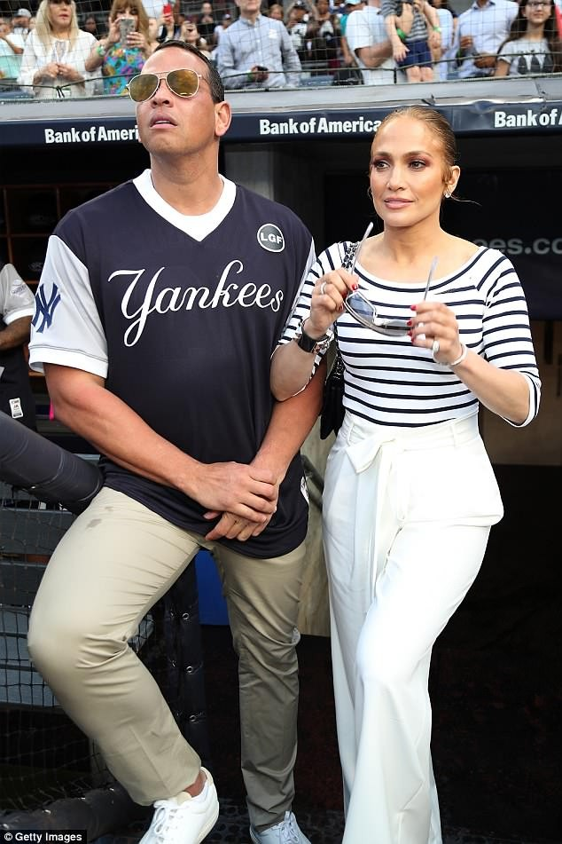 Jennifer Lopez lộ nhẫn đính hôn khi đi tắm biển cùng bồ trẻ  - ảnh 12