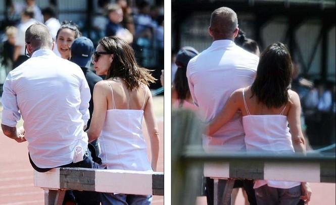 Victoria Beckham vòng tay ôm eo chồng tình tứ, nở nụ cười hiếm hoi - ảnh 11