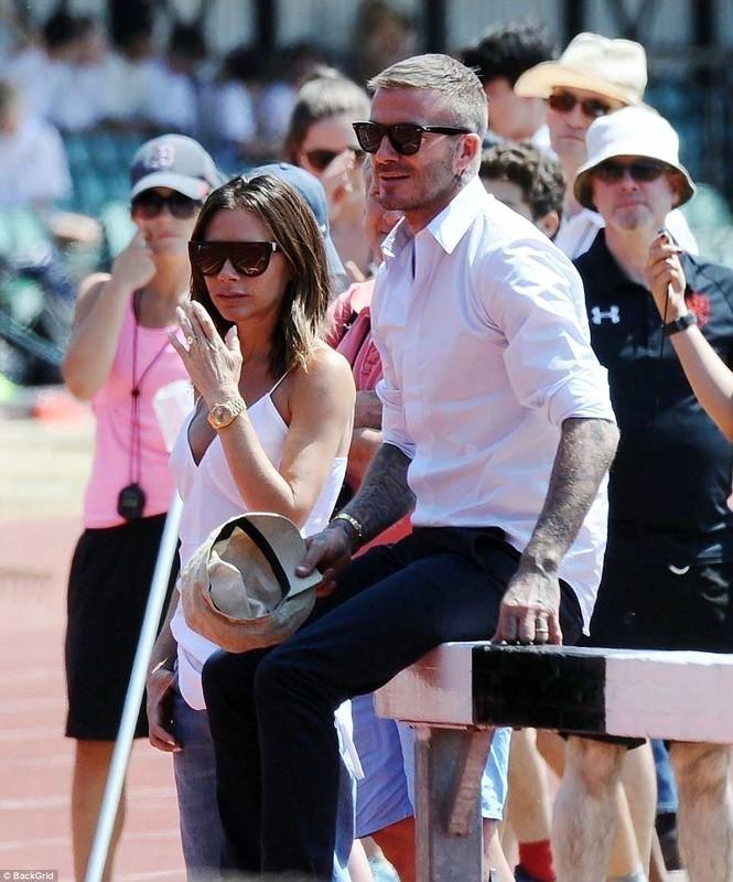 Victoria Beckham vòng tay ôm eo chồng tình tứ, nở nụ cười hiếm hoi - ảnh 1