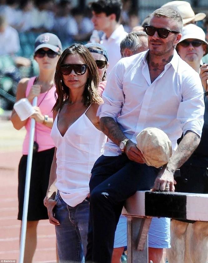 Victoria Beckham vòng tay ôm eo chồng tình tứ, nở nụ cười hiếm hoi - ảnh 2