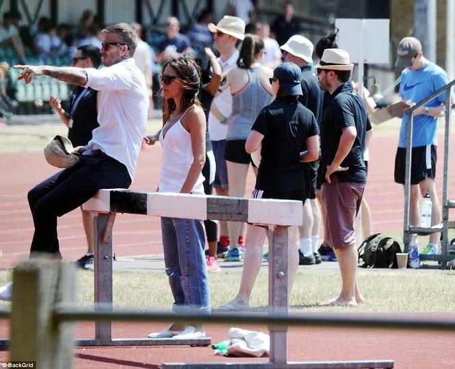 Victoria Beckham vòng tay ôm eo chồng tình tứ, nở nụ cười hiếm hoi - ảnh 7
