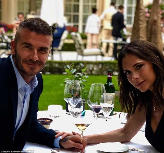 Victoria Beckham vòng tay ôm eo chồng tình tứ, nở nụ cười hiếm hoi - ảnh 12