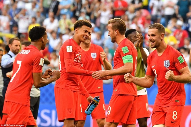 Vợ và bạn gái vỡ òa khi tuyển Anh thắng Thụy Điển vào bán kết  - ảnh 13
