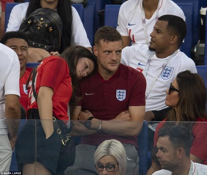 Vợ và bạn gái vỡ òa khi tuyển Anh thắng Thụy Điển vào bán kết  - ảnh 4