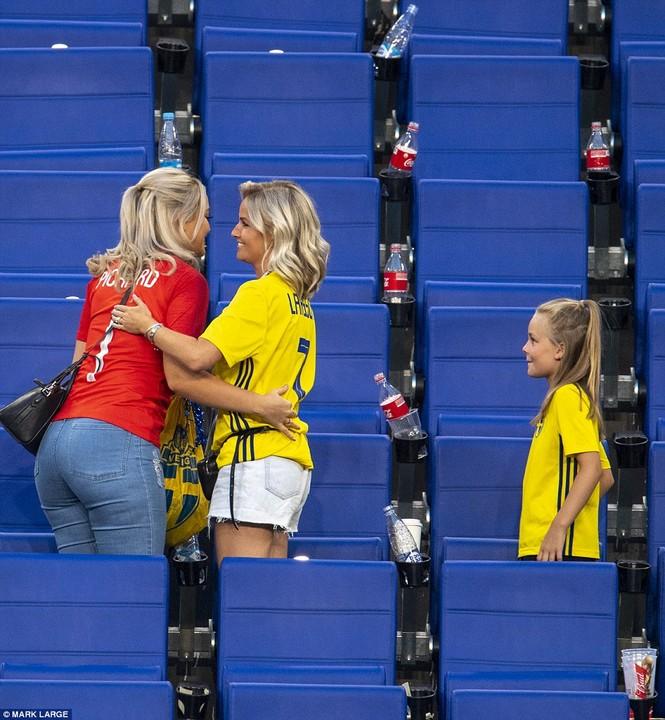 Vợ và bạn gái vỡ òa khi tuyển Anh thắng Thụy Điển vào bán kết  - ảnh 10