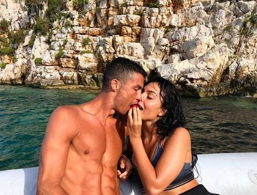 Sau thất bại World Cup, Ronaldo đi nghỉ 'giải sầu' cùng bồ nóng bỏng - ảnh 1