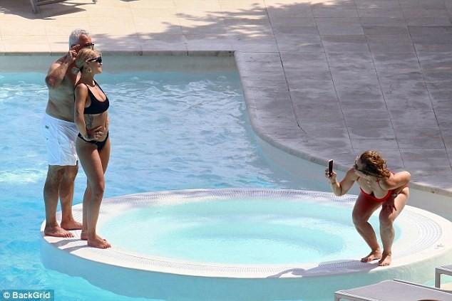 Mẹ Rita Ora U60 diện áo tắm quyến rũ 'đọ sắc' con gái - ảnh 6