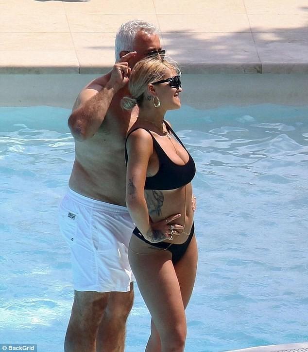 Mẹ Rita Ora U60 diện áo tắm quyến rũ 'đọ sắc' con gái - ảnh 7