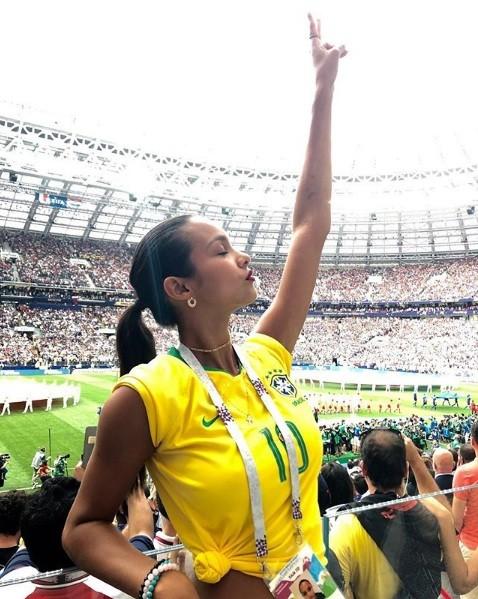 Hoa hậu Pháp, thiên thần nội y sôi nổi trên khán đài chung kết World Cup - ảnh 1
