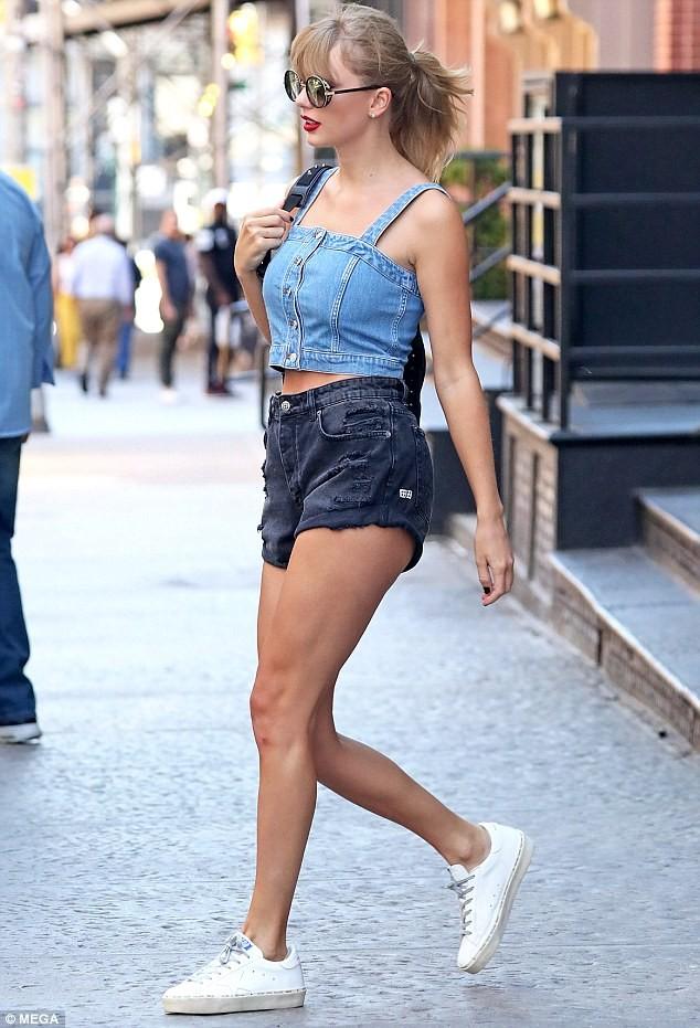 Taylor Swift eo thon chân dài gợi cảm xuống phố - ảnh 7