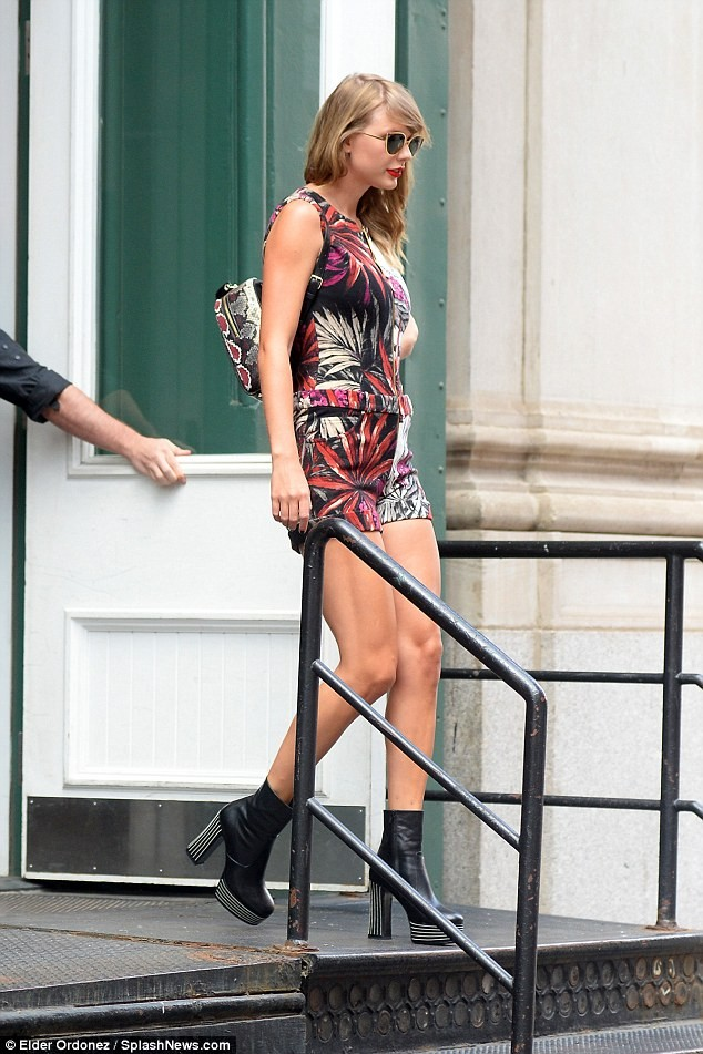 Taylor Swift eo thon chân dài gợi cảm xuống phố - ảnh 9