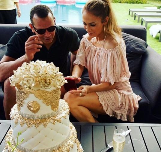 Jennifer Lopez rực lửa đón sinh nhật tuổi 49 bên bồ trẻ - ảnh 7