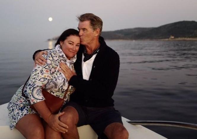 Vợ chồng 'điệp viên 007' Pierce Brosnan bình yên nắm tay nhau đạp xe  - ảnh 6