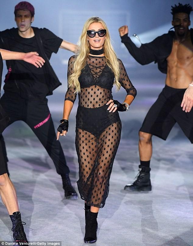 Paris Hilton trình diễn nội y xuyên thấu táo bạo ở Ý - ảnh 1