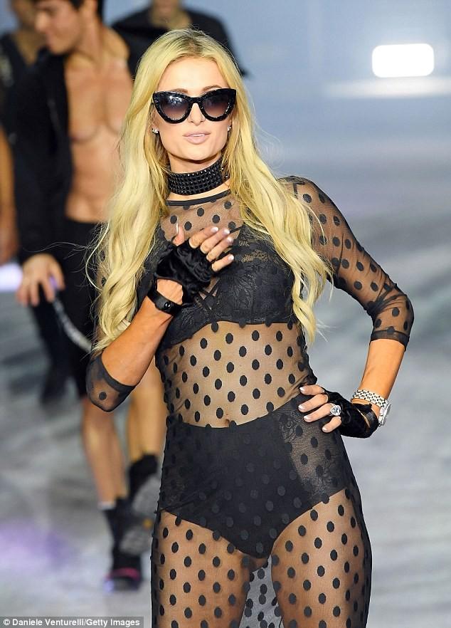 Paris Hilton trình diễn nội y xuyên thấu táo bạo ở Ý - ảnh 2