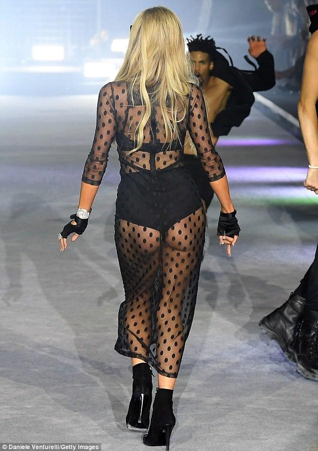Paris Hilton trình diễn nội y xuyên thấu táo bạo ở Ý - ảnh 3
