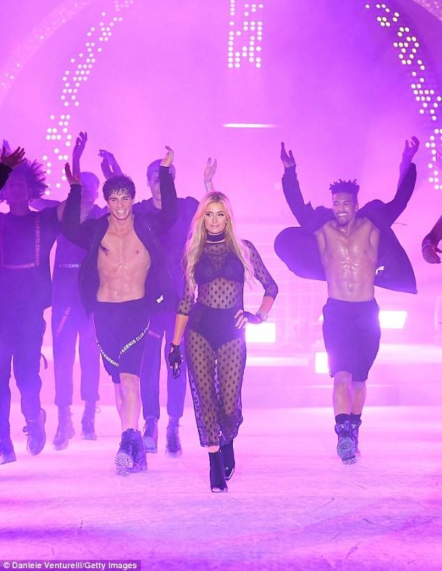 Paris Hilton trình diễn nội y xuyên thấu táo bạo ở Ý - ảnh 4