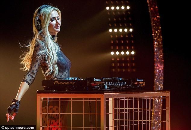 Paris Hilton trình diễn nội y xuyên thấu táo bạo ở Ý - ảnh 6