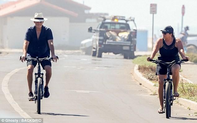 Vợ chồng 'điệp viên 007' Pierce Brosnan bình yên nắm tay nhau đạp xe  - ảnh 3