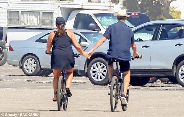 Vợ chồng 'điệp viên 007' Pierce Brosnan bình yên nắm tay nhau đạp xe  - ảnh 4