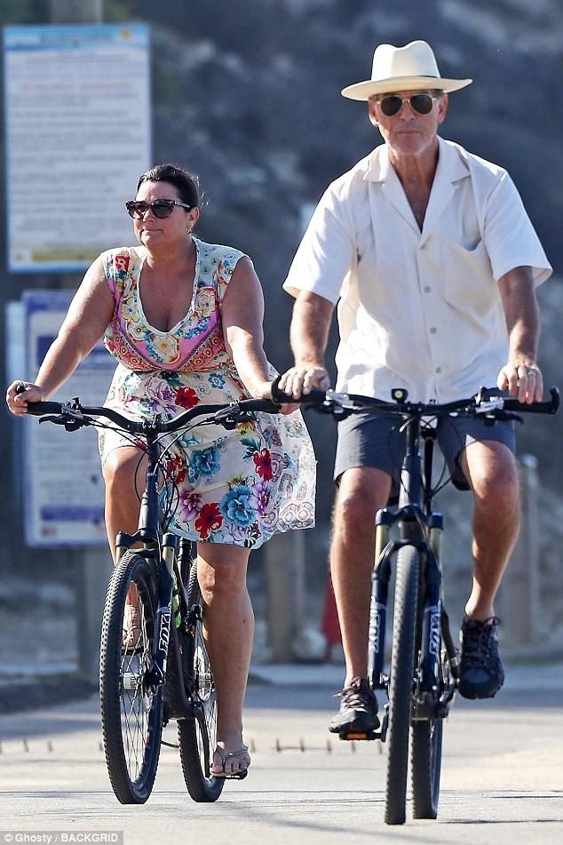 Vợ chồng 'điệp viên 007' Pierce Brosnan bình yên nắm tay nhau đạp xe  - ảnh 2