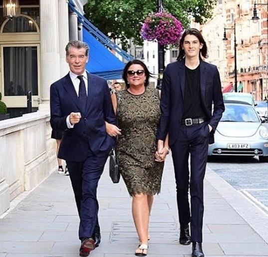 Vợ chồng 'điệp viên 007' Pierce Brosnan bình yên nắm tay nhau đạp xe  - ảnh 7