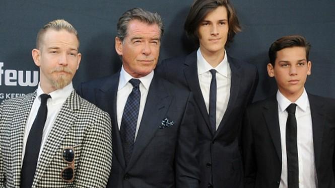 Vợ chồng 'điệp viên 007' Pierce Brosnan bình yên nắm tay nhau đạp xe  - ảnh 8