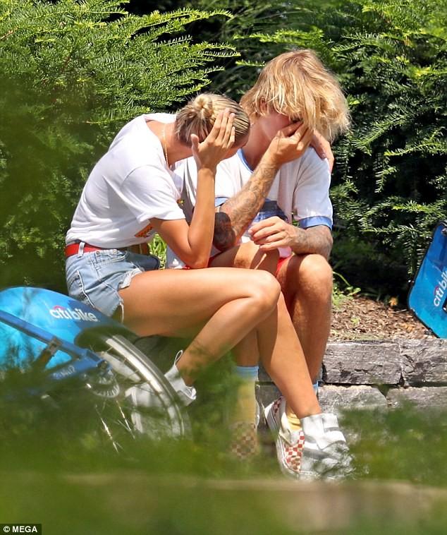 Justin Bieber - Hailey Baldwin 'vò đầu bứt tóc' khi ở bên nhau - ảnh 5