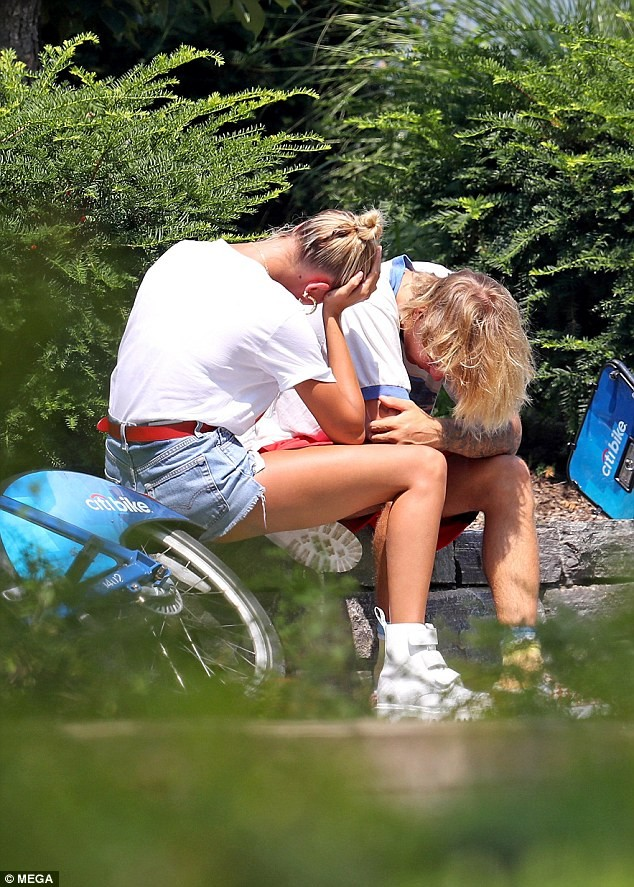 Justin Bieber - Hailey Baldwin 'vò đầu bứt tóc' khi ở bên nhau - ảnh 8