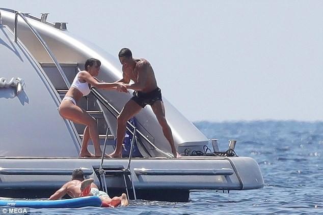 Cô bồ Ronaldo chân dài quyến rũ ở Milan - ảnh 7