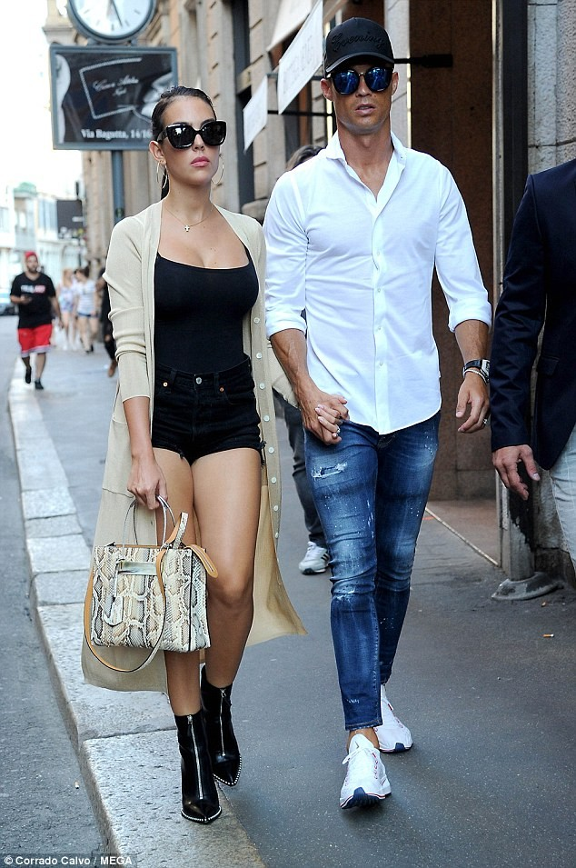Cô bồ Ronaldo chân dài quyến rũ ở Milan - ảnh 1