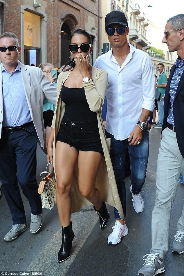 Cô bồ Ronaldo chân dài quyến rũ ở Milan - ảnh 2