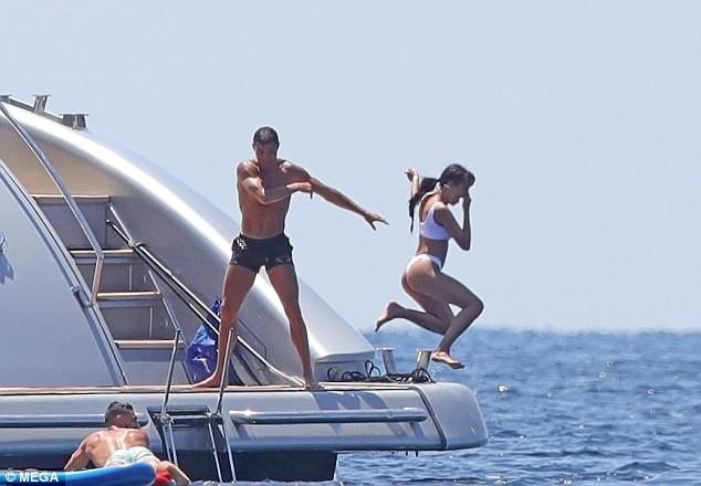 Cô bồ Ronaldo chân dài quyến rũ ở Milan - ảnh 9