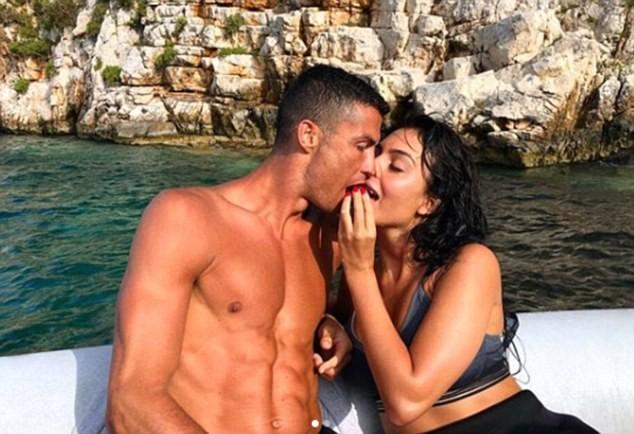 Cô bồ Ronaldo chân dài quyến rũ ở Milan - ảnh 15