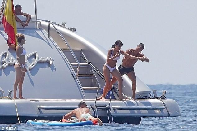 Cô bồ Ronaldo chân dài quyến rũ ở Milan - ảnh 8