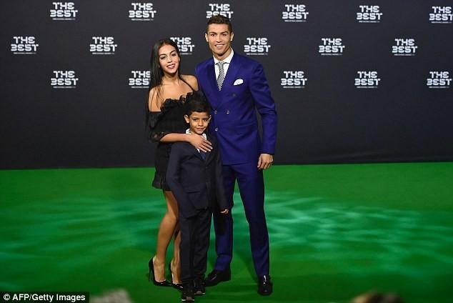 Cô bồ Ronaldo chân dài quyến rũ ở Milan - ảnh 16