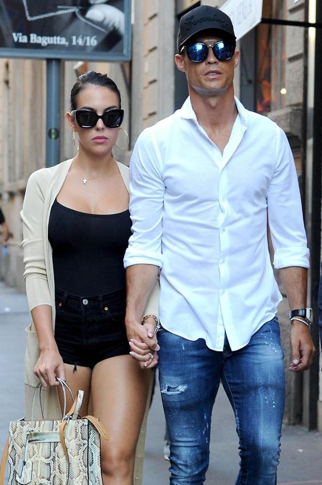 Cô bồ Ronaldo chân dài quyến rũ ở Milan - ảnh 4