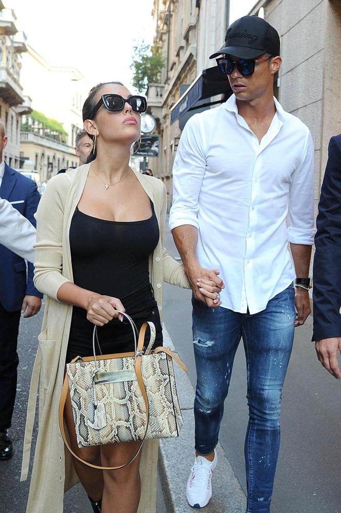 Cô bồ Ronaldo chân dài quyến rũ ở Milan - ảnh 5