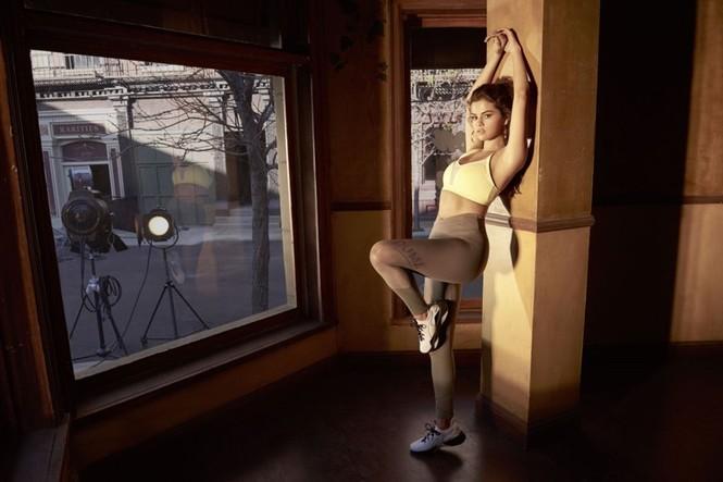 Selena Gomez nóng bỏng hút hồn, lấp ló ngực đầy - ảnh 11