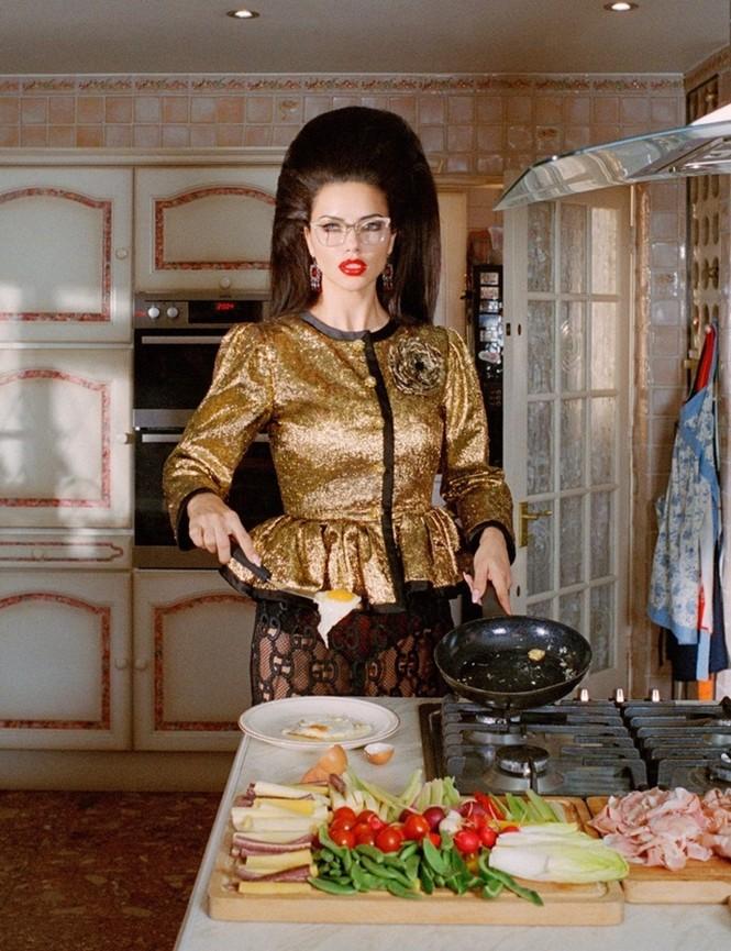 Thiên thần nội y Adriana Lima hóa bà nội trợ nổi loạn siêu quyến rũ - ảnh 3