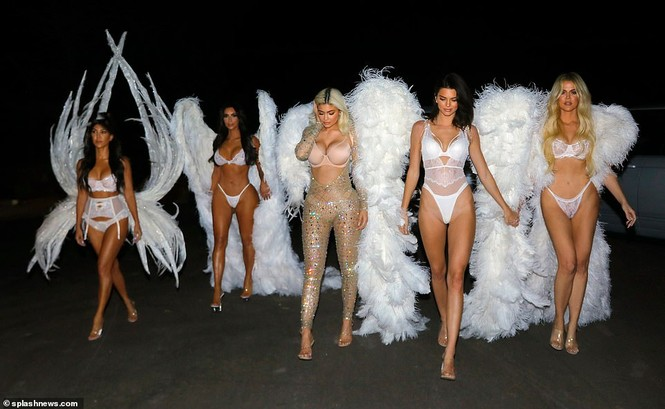 Chị em nhà Kim Kardashian hóa thân thành thiên thần nội y  - ảnh 1